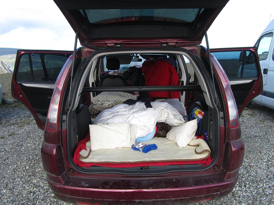 Durmiendo en el coche en Cabo Norte en Noruega.