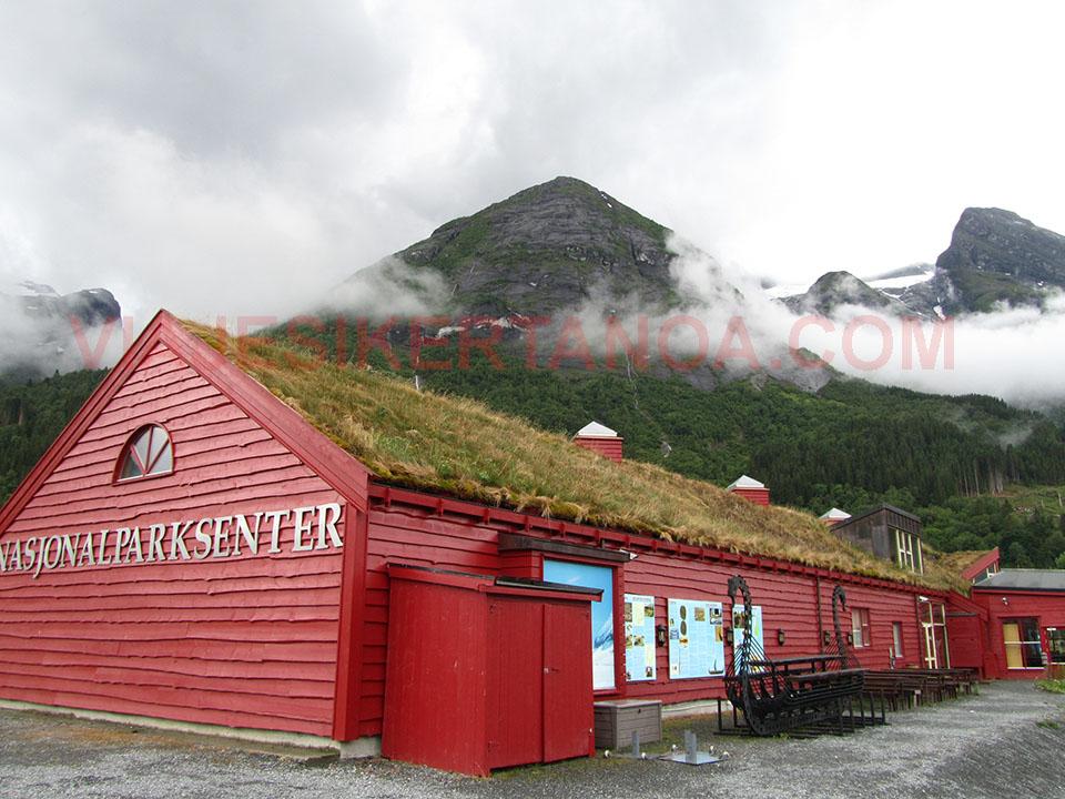 Edificio donde se encuentran las exposiciones en el Centro del Parque Nacional de Jostedalsbreen en Fosnes, Noruega.