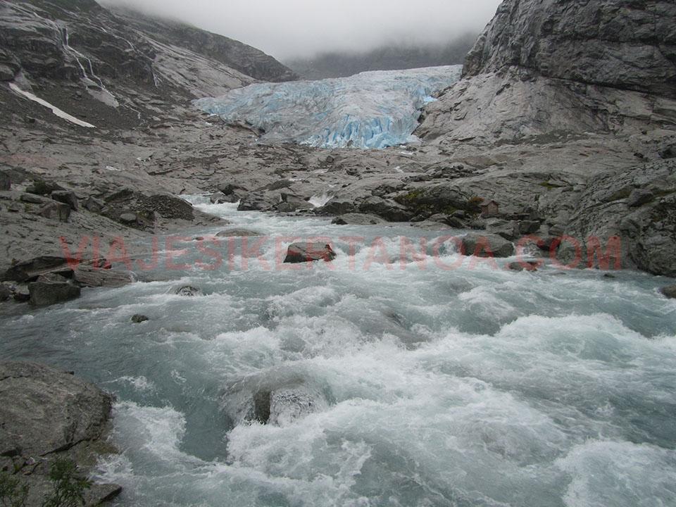 El caudaloso río que forma el deshielo del glaciar Nigardsbreen en Noruega.