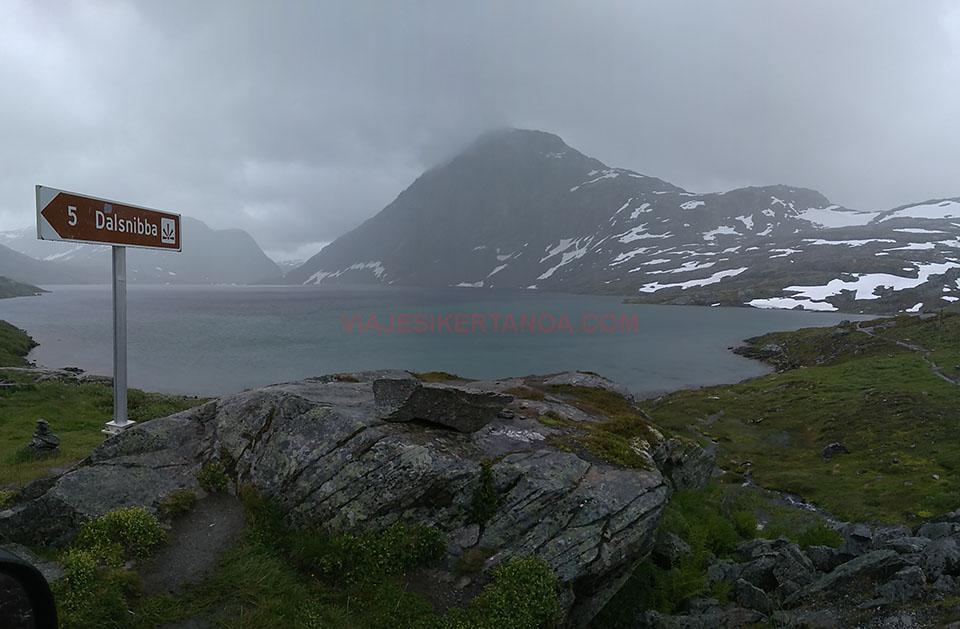 El desvío para acceder al mirador de Dalsnibba en el fiordo Geiranger en Noruega.