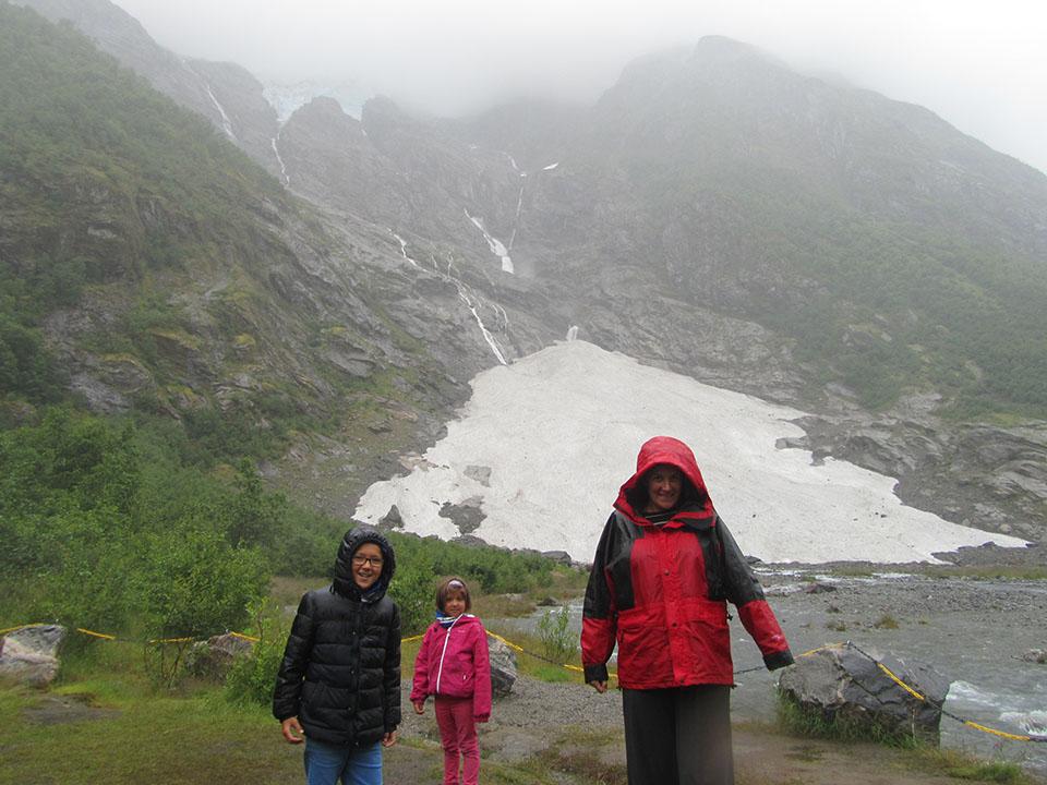 El glaciar Suppehellebreen, un brazo del glaciar Jostedalsbreen en Noruega.