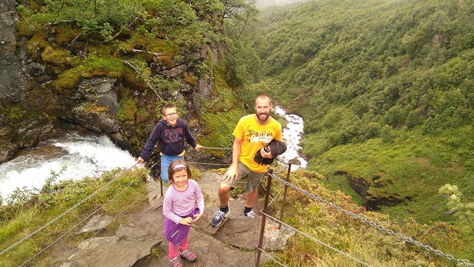 El inicio de la caída de la cascada Storseter en el pueblo de Geiranger en Noruega.