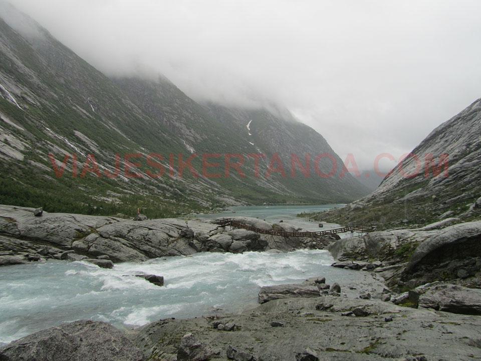 El valle del glaciar Nigardsbreen en Noruega.