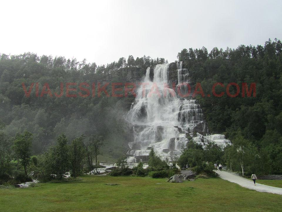 El paraje que rodea la espectacular cascada Tvindefossen cerca de Voss en Noruega.
