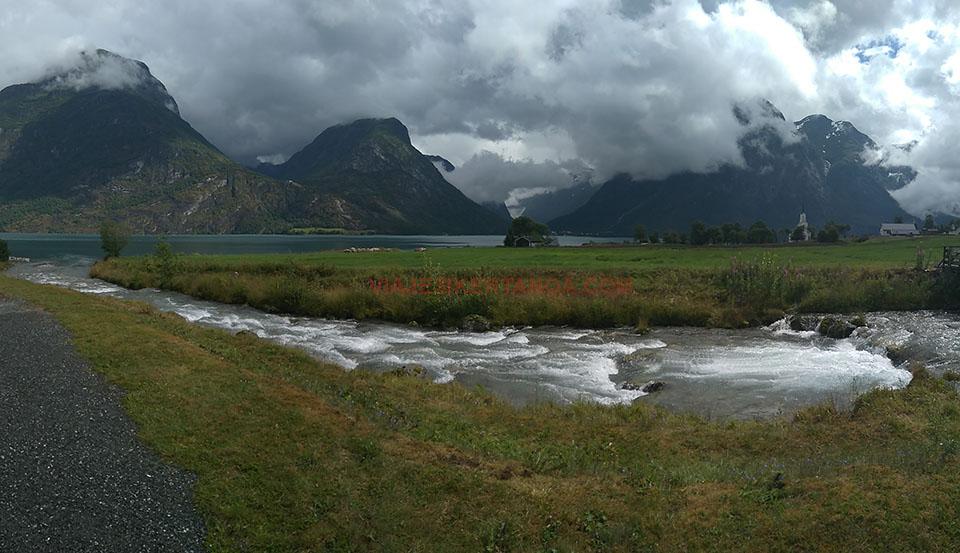 El pueblo de Fosnes, cerca del Jostedalsbreen en Noruega.