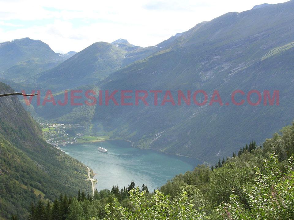 El pueblo de Geiranger desde el mirador de Ornesvingen en Noruega.