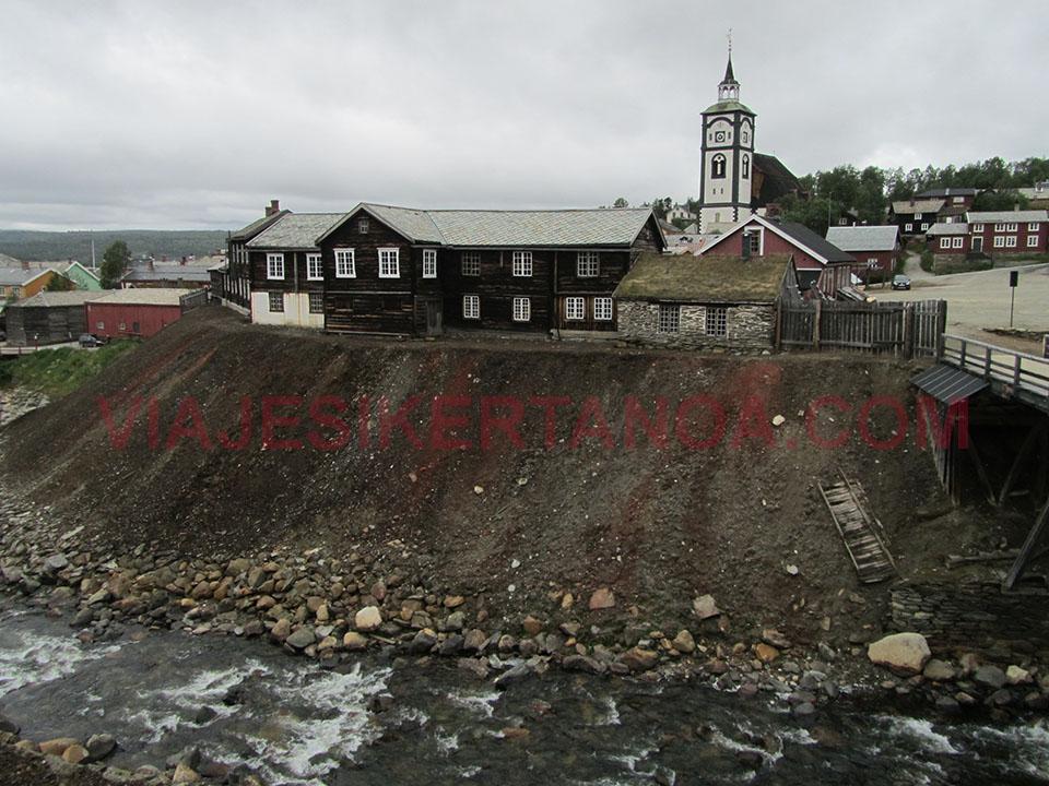 El pueblo de Roros desde lo alto de las minas situado en Noruega.