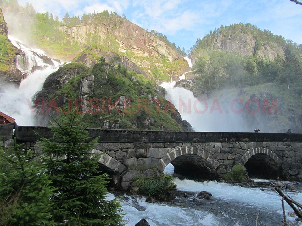 El puente por el que pasa la cascada Latefossen en Noruega.