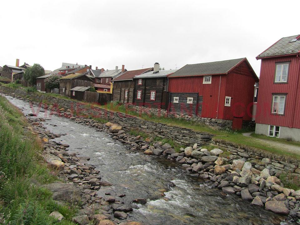 El río que atraviesa el pueblo de Roros en Noruega.