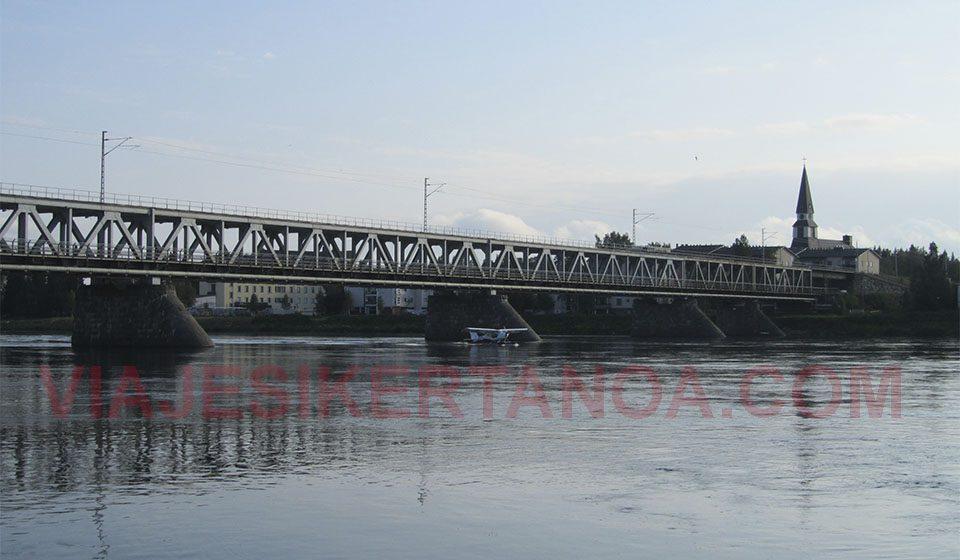 El río que atraviesa Rovaniemi en Finlandia.