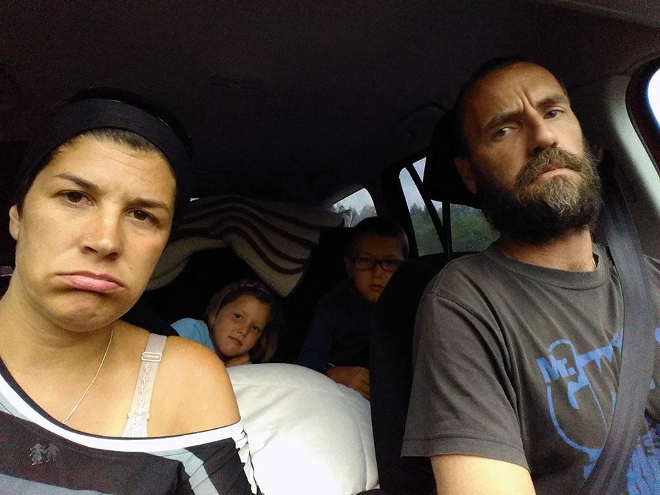 Aburridos en el coche camino de Roros en Noruega.