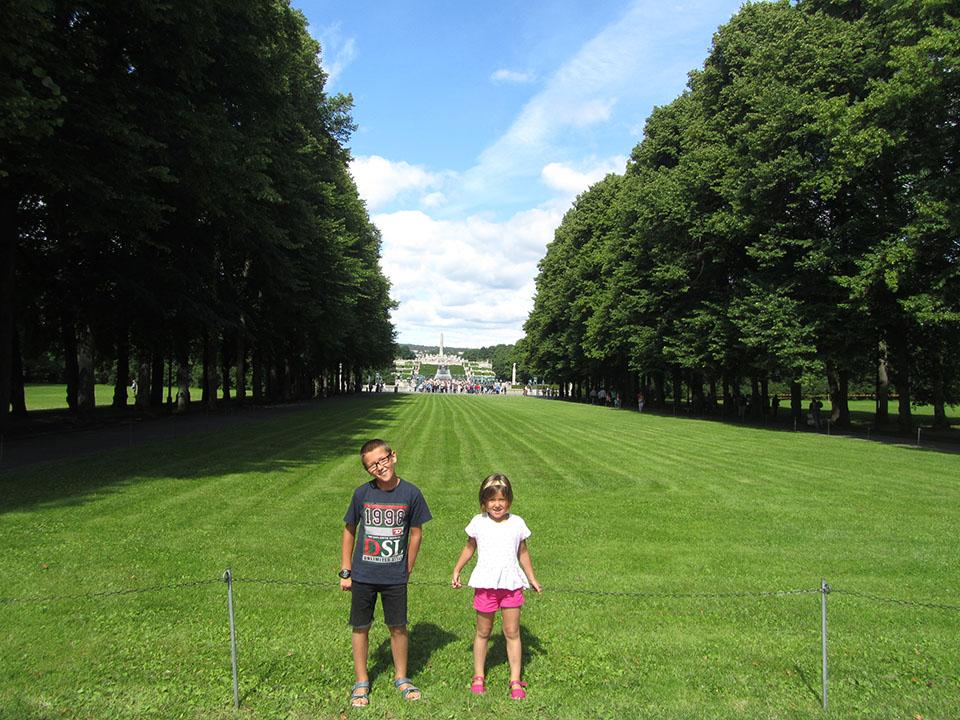 Entrada principal al parque Vigeland en Oslo, Noruega.
