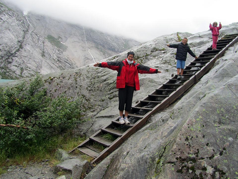 Escaleras para acceder al glaciar Nigardsbreen en Noruega.