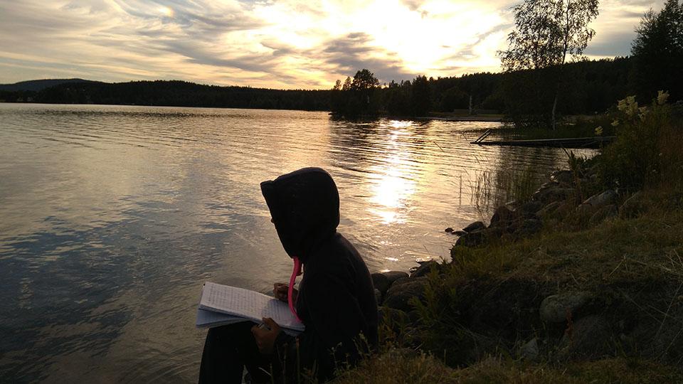 Escribiendo al lado del lago del camping Snibbens en Ramvik, Suecia.