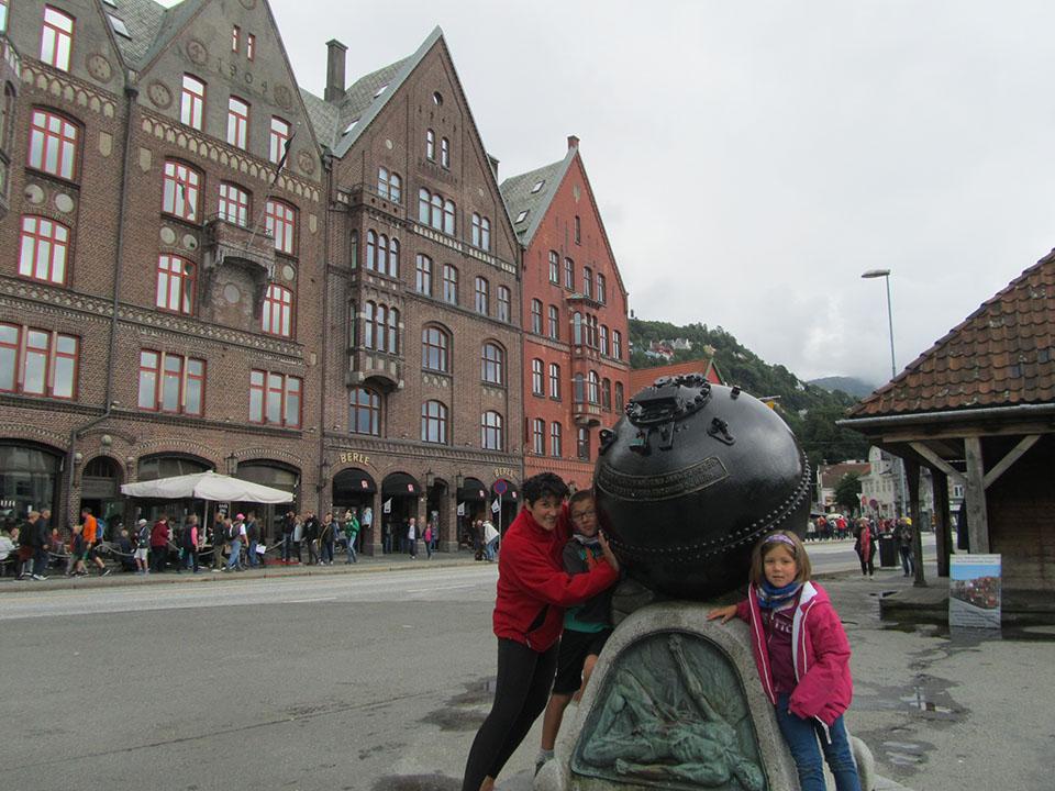 Estatua en el puerto de Bergen en Noruega.
