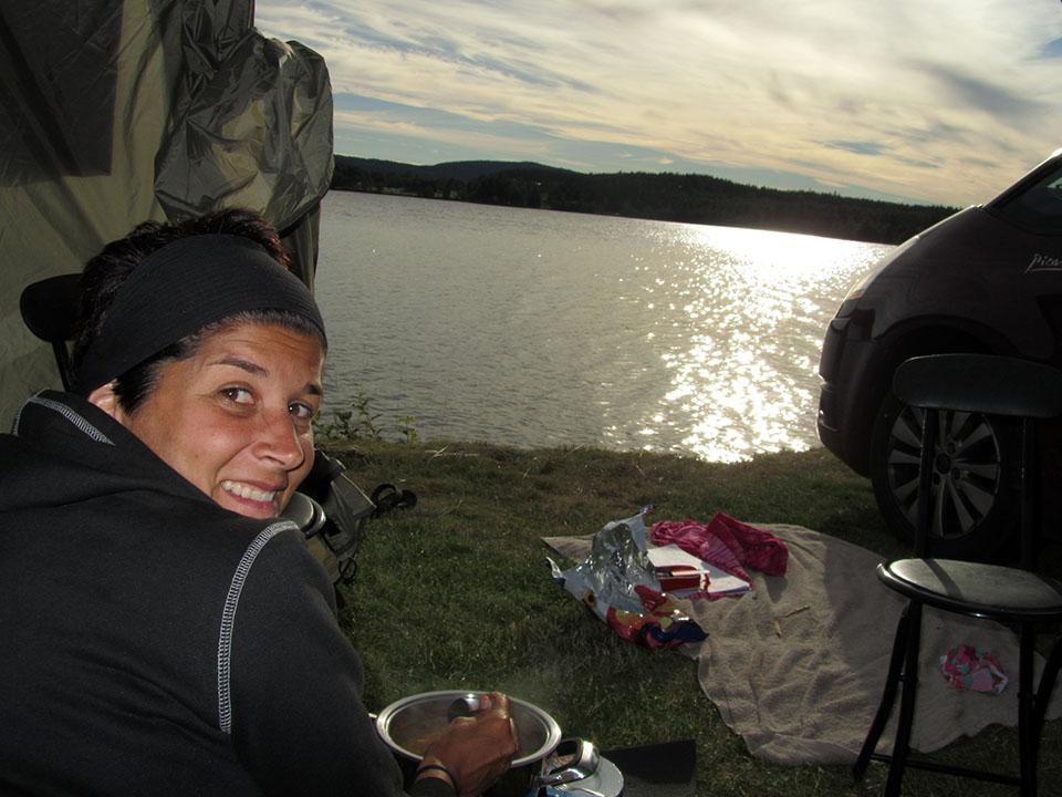 Preparando la cena al lado del lago en Ramvik, Suecia.
