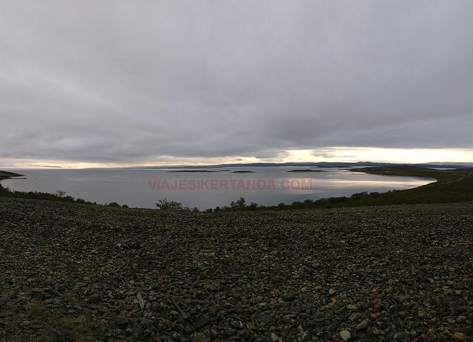 Lago en la zona de Höga Kusten en Suecia.