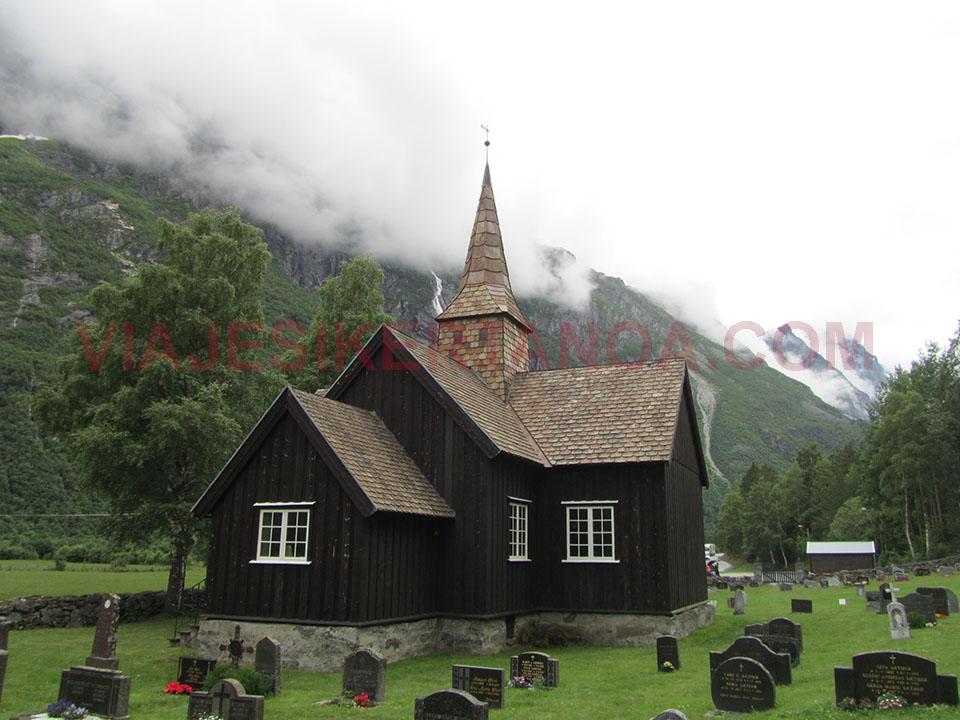 Iglesia protestante en el Valle de Romsdal en Noruega.