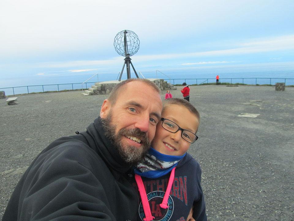 Iker y yo con la bola del mundo en Cabo Norte, Noruega.