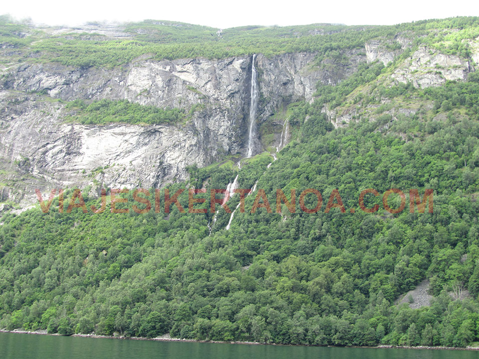 Cascadas de decenas de metros de altura cayendo sobre el fiordo Geiranger en Noruega.