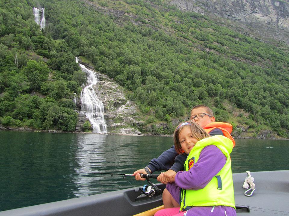 Intentando pescar en el fiordo Geiranger en Noruega.