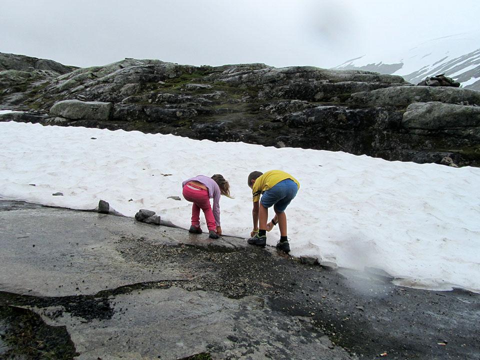 Jugando con la nieve cerca del mirador de Dalsnibba en el fiordo Geiranger en Noruega.