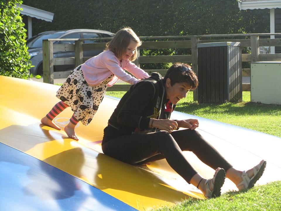 Jugando con una niña danesa en el camping de Hirtshals en Dinamarca.