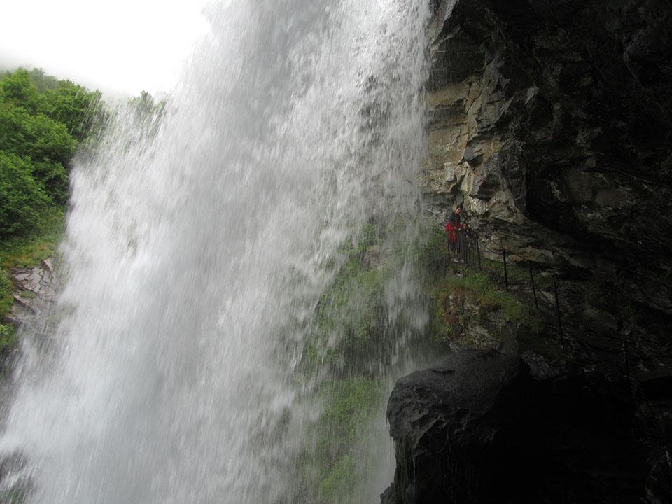 Por detrás de la cascada Storseter en el pueblo de Geiranger en Noruega.