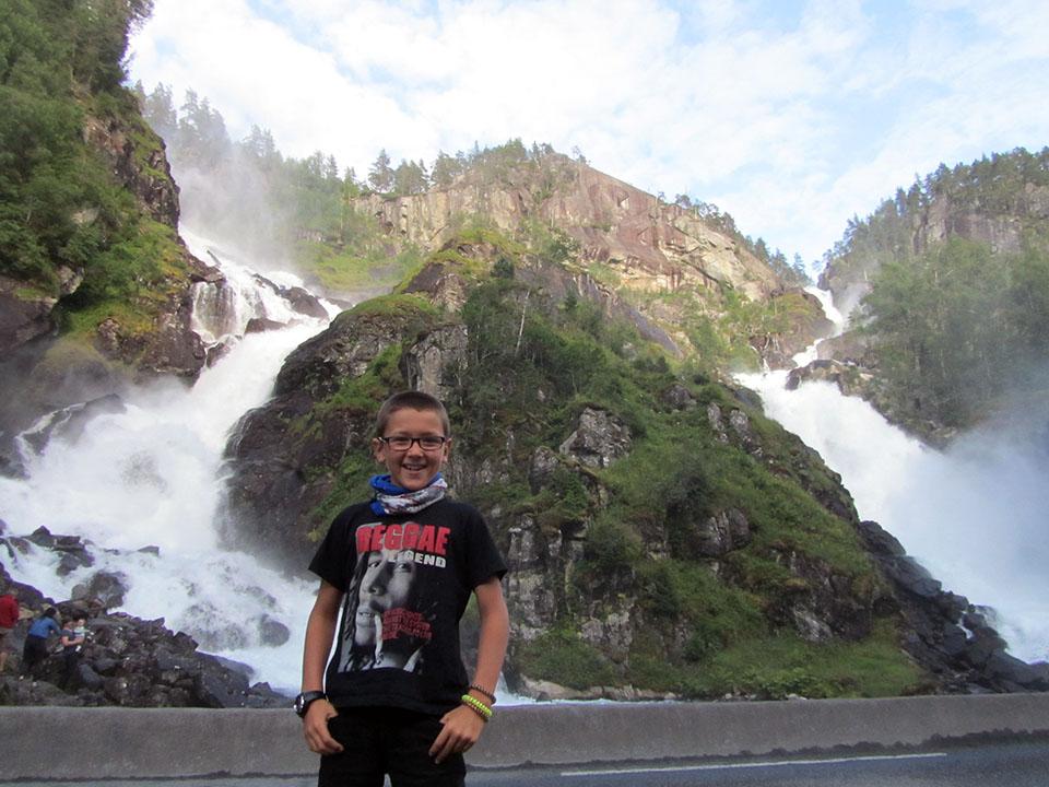 La cascada Latefossen cerca de Skare en Noruega.