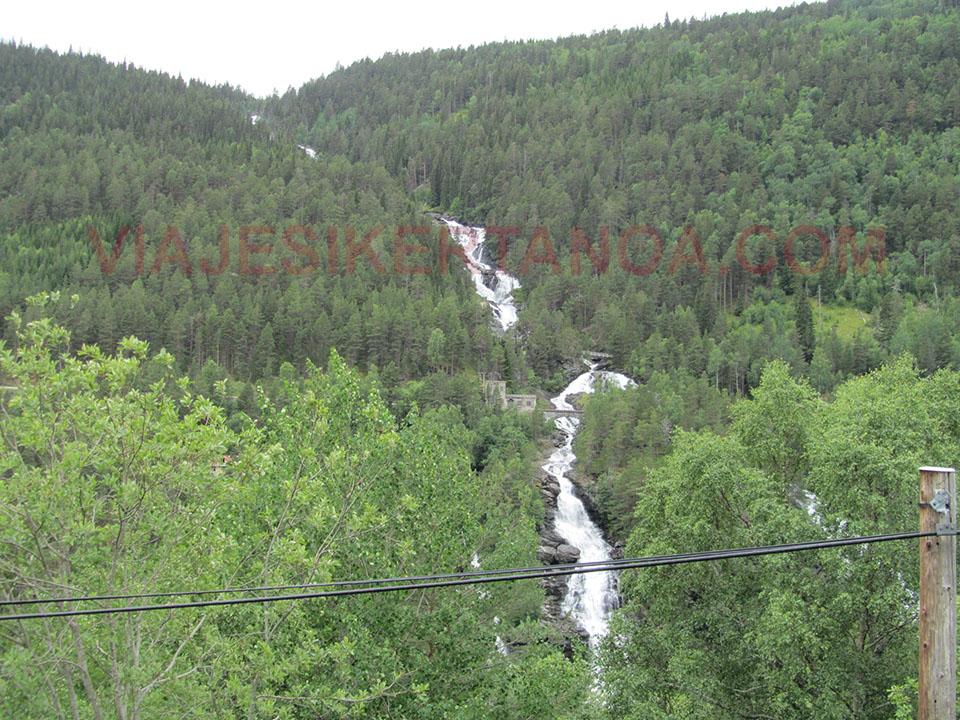 La cascada Slettafossen en el Valle de Romsdal en Noruega.