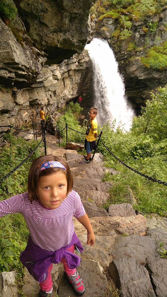 El acceso a la parte trasera de la cascada Storseter en el pueblo de Geiranger en Noruega.