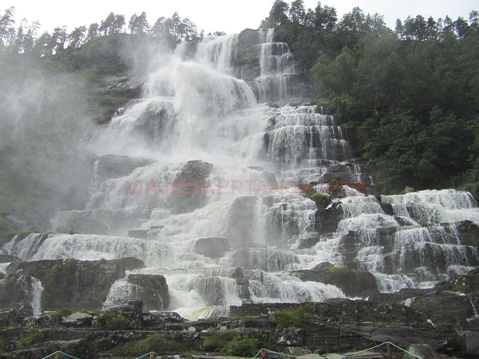 La cascada Tvindefossen cerca de Voss en Noruega.
