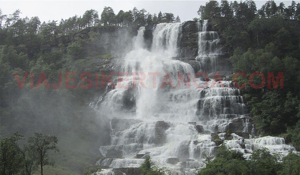 La cascada Tvindefossen en el pueblo de Voss en Noruega.