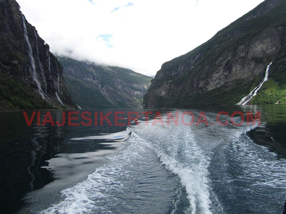 La estela de la lancha motora en el fiordo Geiranger en Noruega.