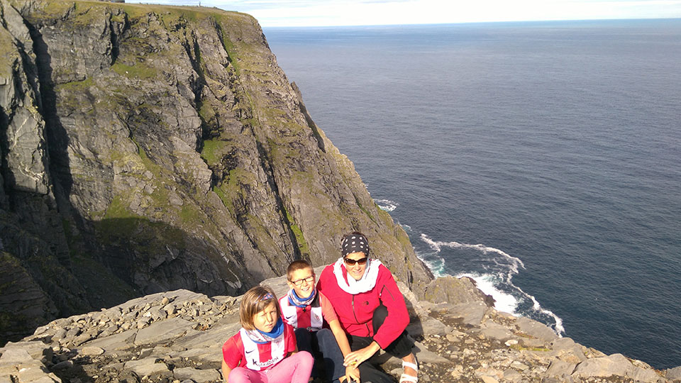 La familia disfrutando de los acantilados en Cabo Norte en Noruega.