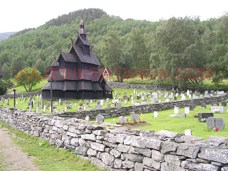 La iglesia de Borgund con las lápidas rodeándola en Noruega.