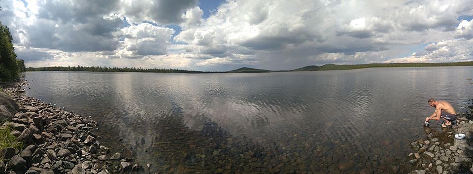 Lago en medio de los paisajes maravillosos de Suecia.