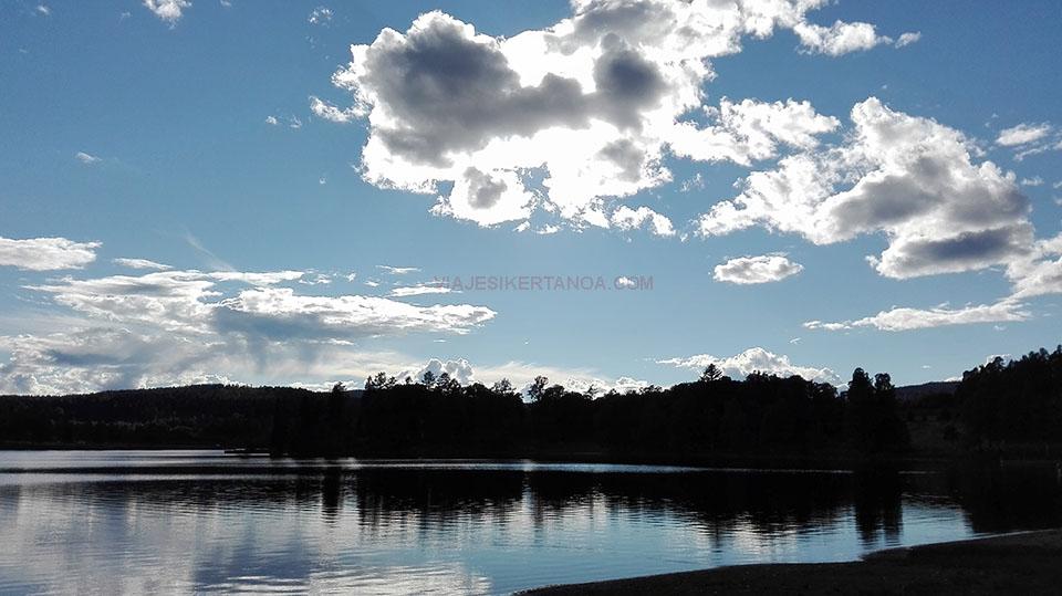 Atardecer en el lago situado al lado del camping Bogstad en Oslo, Noruega.