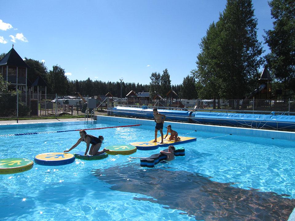 Juegos para los niños en la piscina del camping de Jokkmokk en Suecia.