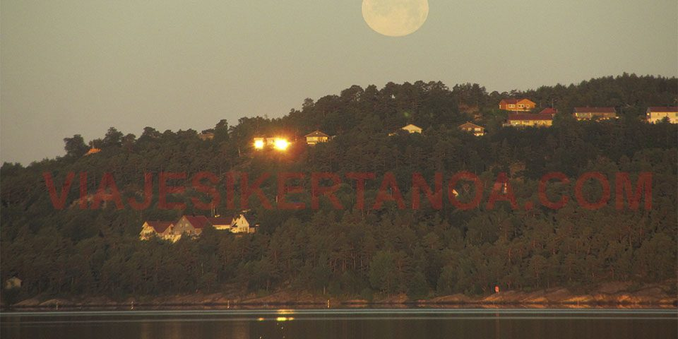 Luna llena en la playa de Kristiansand en Noruega.