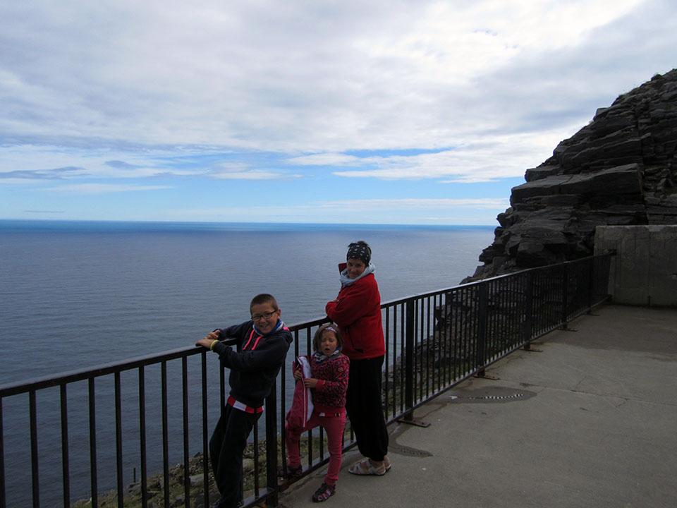 Mirador de los acantilados desde el interior del recinto de Cabo Norte en Noruega.