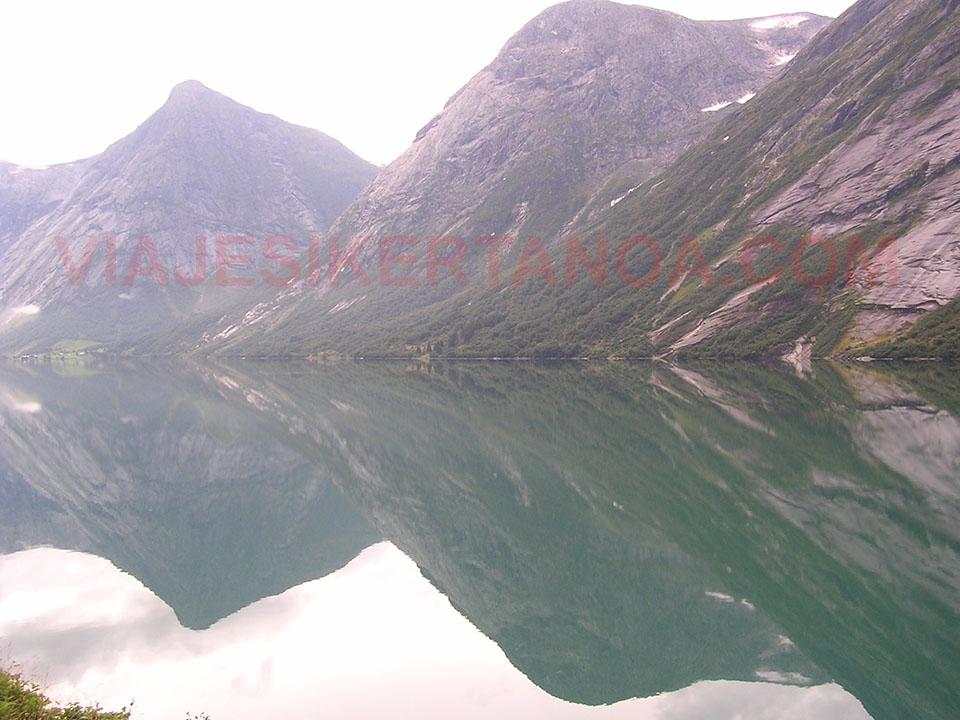 Montes cercanos a la iglesia de Borgund en Noruega.