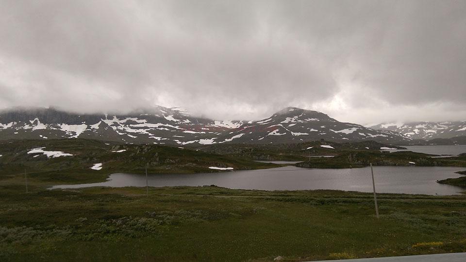 Montes nevados cerca de Roldal en Noruega.