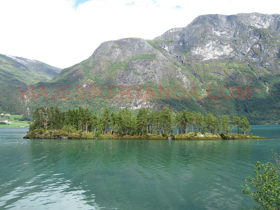 Paisajes caminoa a Briksdalsbreen en Noruega.