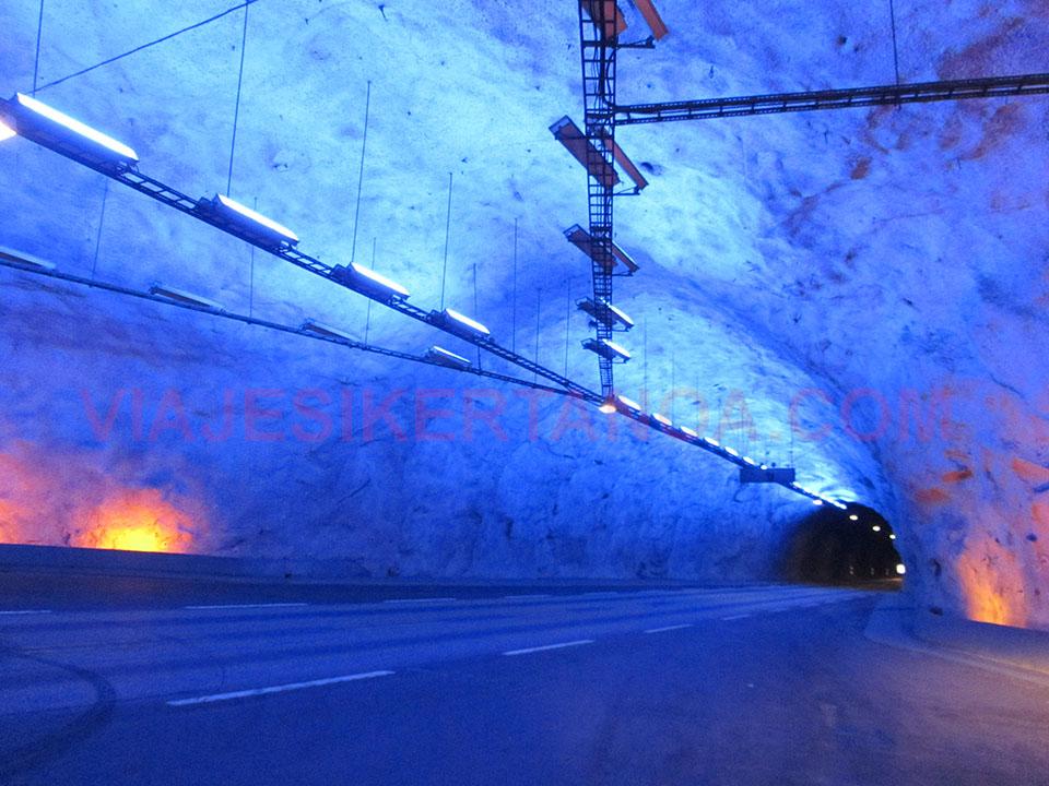 El interior del túnel de Laerdal, el más largo del mundo en Noruega.