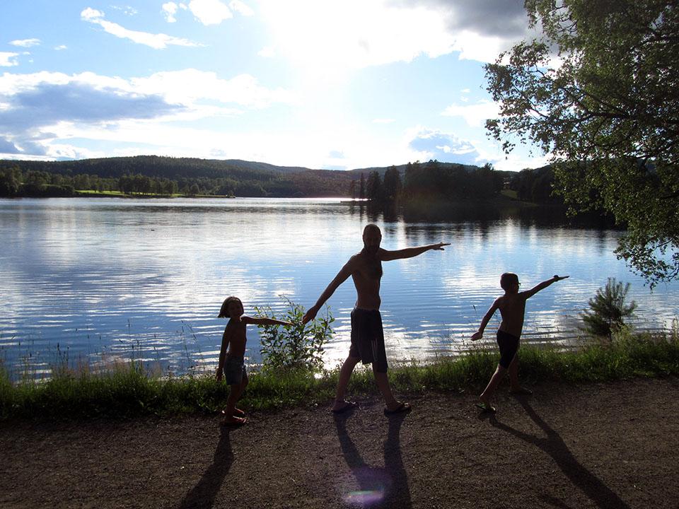 Paseo para llegar hasta el lago en el camping Bogstad en Oslo, Noruega.