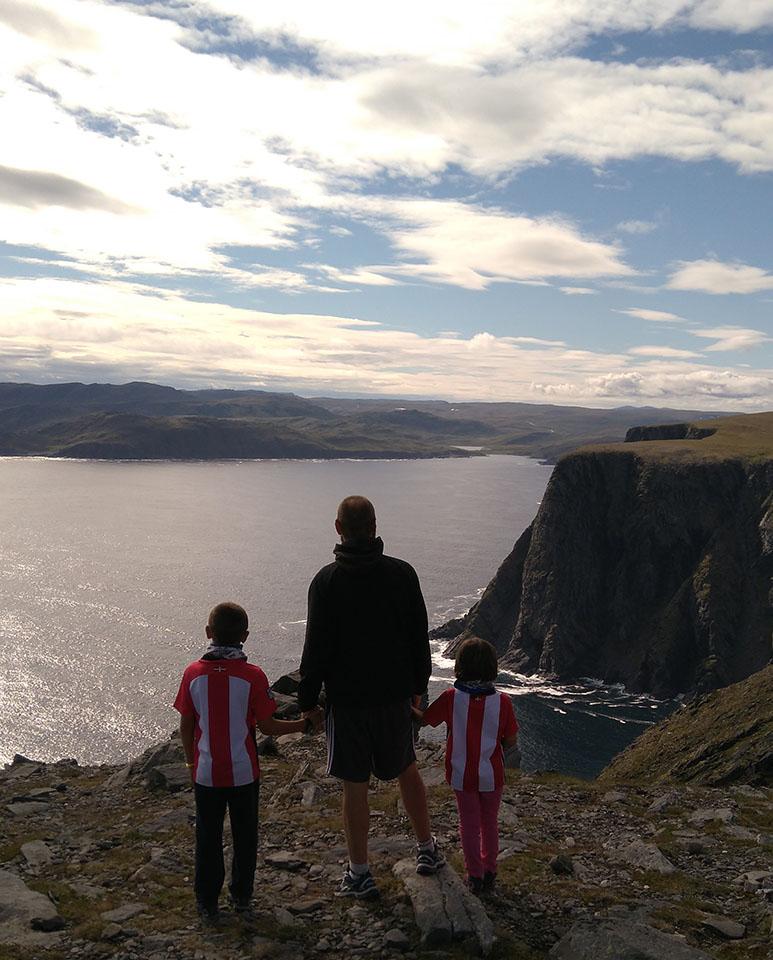 Paseo por los acantilados de Cabo Norte en Noruega.