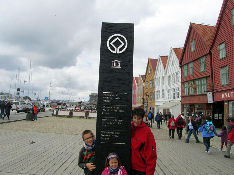 Cartel acreditativo de Patrimonio Mundial por la Unesco del barrio de Bryggen en Bergen, Noruega.