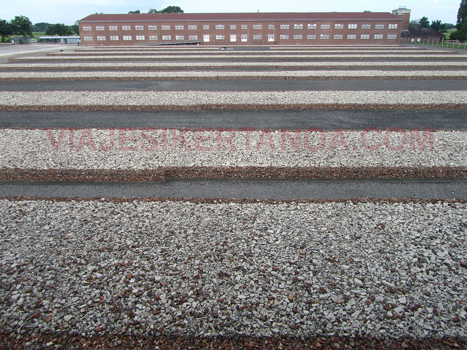 Piedras apiladas formando los barracones desaparecidos en el campo de concentracion de Neuengamme en Hamburgo, Alemania.