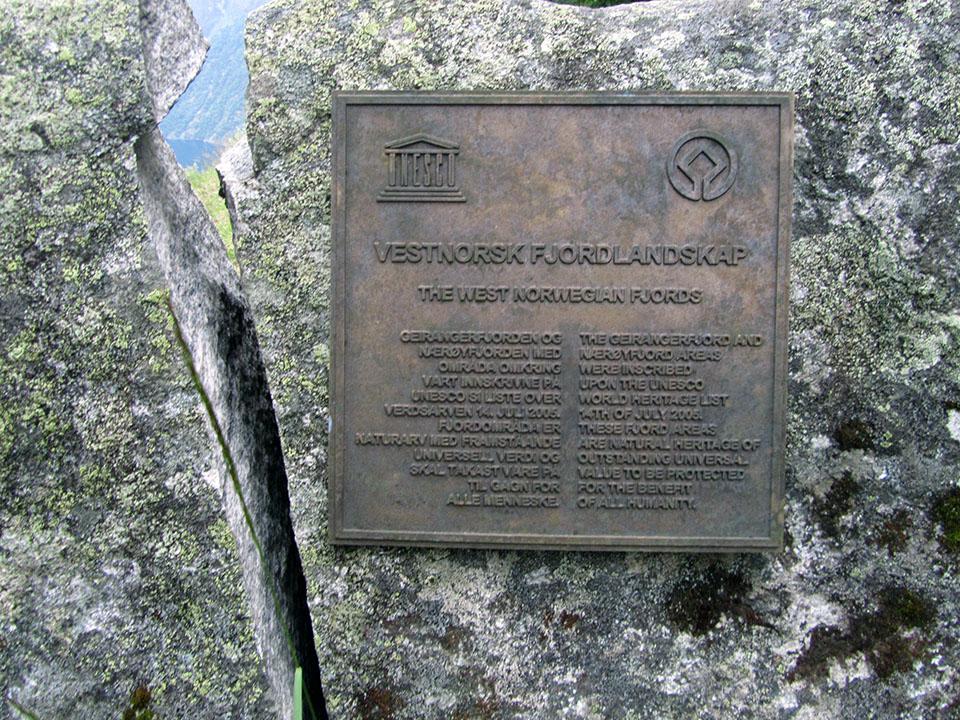 Placa acreditativa como Patrimonio Mundial por la Unesco en el fiordo Geiranger en Noruega.